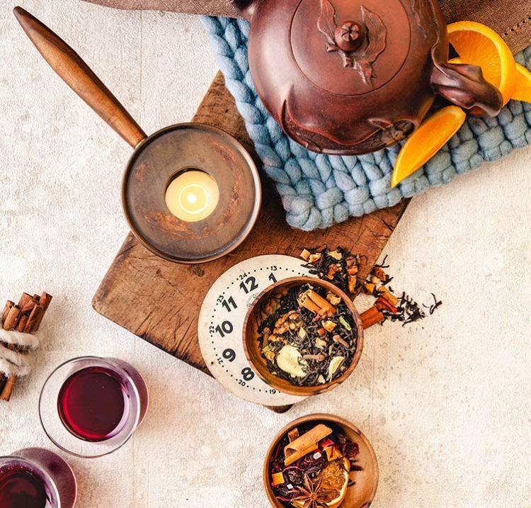 Yanaza mélange de thé et théaire à côté de verre et tasse